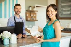 愉快的顾客在蛋糕商店 免版税库存图片