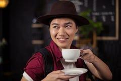 愉快的顾客饮用的咖啡 免版税库存图片