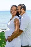 愉快的预计的怀孕的夫妇 免版税库存照片
