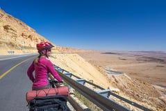 愉快的骑自行车的人在美丽的路放松在以色列沙漠 晴朗的热的天 图库摄影