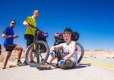 愉快的骑自行车的人在美丽的路放松在以色列沙漠 晴朗的热的天 免版税库存图片