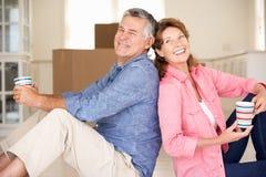 愉快的高级夫妇在新的家 免版税库存照片