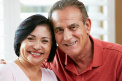 愉快的高级夫妇纵向在家 免版税库存照片