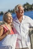 愉快的高级夫妇走的热带海运或河 免版税库存照片