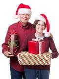 愉快的高级夫妇轴承圣诞节礼品 免版税库存图片