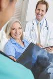 愉快的高级妇女患者在医院病床上 免版税库存图片