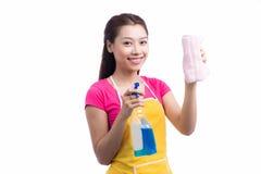 愉快的年轻亚裔与海绵的佣人清洗的玻璃画象  库存照片