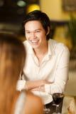 愉快的年轻亚裔人在餐馆 免版税库存照片
