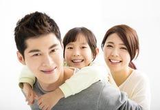 愉快的年轻亚洲家庭画象 免版税库存照片