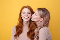 愉快的年轻人两个女友 免版税库存照片