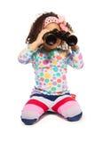 超级逗人喜爱的黑人女孩画象有双筒望远镜的 免版税图库摄影