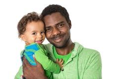 愉快的黑人父亲和拥抱在被隔绝的白色背景用途它孩子、育儿或者爱的男婴 免版税库存图片