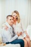 愉快的系列 一名孕妇 夫妇 免版税库存图片