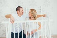 愉快的系列 一名孕妇 免版税图库摄影