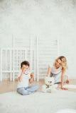 愉快的系列 一名孕妇 免版税库存图片