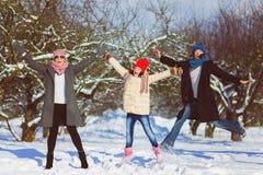 愉快的系列 两妇女和女孩每冬天走本质上 库存图片