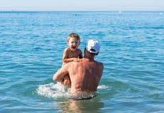 愉快的系列 使用在海的微笑的祖父和孙子 正面人的情感,感觉 免版税库存图片