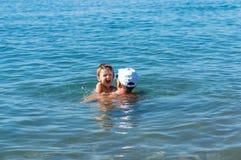 愉快的系列 使用在海的祖父和微笑的孙子 正面人的情感,感觉, 库存照片