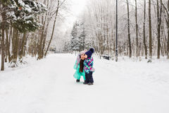 愉快的系列 母亲和儿童女孩在一个冬天走本质上 图库摄影