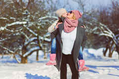 愉快的系列 母亲和女儿在一个冬天走本质上 库存图片