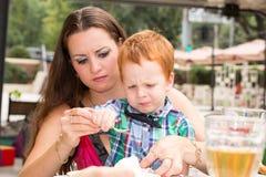 愉快的系列 年轻母亲和孩子男孩在晴天 画象妈妈和儿子自然的 正面人的情感,感觉,喜悦 图库摄影
