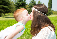 愉快的系列 年轻母亲和孩子男孩在晴天 画象妈妈和儿子自然的 正面人的情感,感觉,喜悦 免版税库存图片