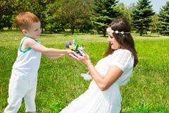 愉快的系列 年轻母亲和孩子男孩在晴天 画象妈妈和儿子自然的 正面人的情感,感觉,喜悦 免版税库存照片