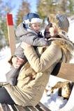 愉快的系列 年轻母亲在有她的甜婴孩的一个冬天公园 免版税库存照片