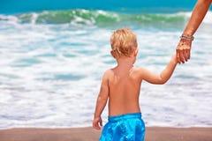 愉快的系列 母亲,小孩夏天海滩假期 免版税库存图片