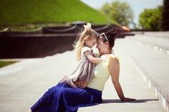 愉快的系列 照顾和女儿神色在彼此,微笑, 图库摄影