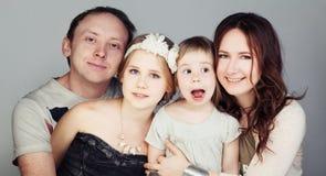 愉快的系列 父亲、母亲和两个孩子 免版税图库摄影