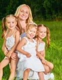愉快的系列 许多儿童夏天的母亲 库存图片