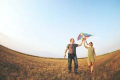 愉快的年轻加上飞行风筝 库存图片