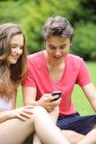 愉快的年轻十几岁的男孩和女孩 图库摄影