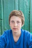 愉快的年轻十几岁的男孩画象  免版税库存图片