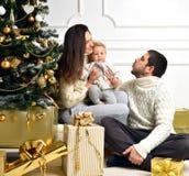 愉快的年轻在家庆祝新年的父母和孩子 库存照片