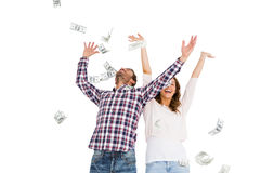愉快的年轻在空气的夫妇投掷的货币笔记 免版税库存图片