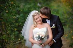 愉快的年轻夫妇与-婚礼之日结婚 免版税库存图片
