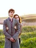 愉快的年轻夫妇在春天公园。户外家庭 免版税库存图片
