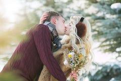 愉快的年轻夫妇在温特帕克在情人节 免版税库存照片