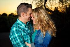 愉快的年轻夫妇拥抱 库存图片
