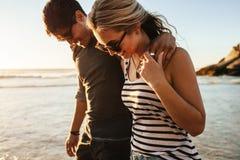 愉快的年轻夫妇海滩假日 免版税库存图片