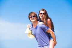 愉快的年轻夫妇特写镜头在太阳镜的 图库摄影