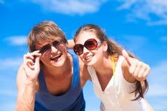 愉快的年轻夫妇特写镜头在太阳镜的 免版税库存照片