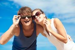 愉快的年轻夫妇特写镜头在有的太阳镜的 图库摄影