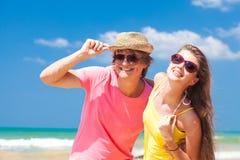 愉快的年轻夫妇特写镜头在海滩微笑的 库存图片