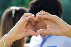 愉快的年轻夫妇获得乐趣在公园 免版税图库摄影