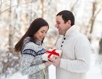 愉快的年轻夫妇获得乐趣在冬天公园 库存照片