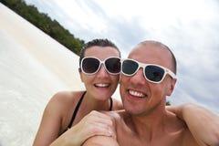 愉快的年轻夫妇获得乐趣在夏天 免版税库存图片
