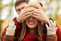 愉快的年轻夫妇获得乐趣在秋天公园 库存图片